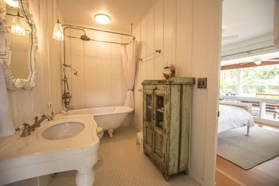 14 Faye bathrom1_queen