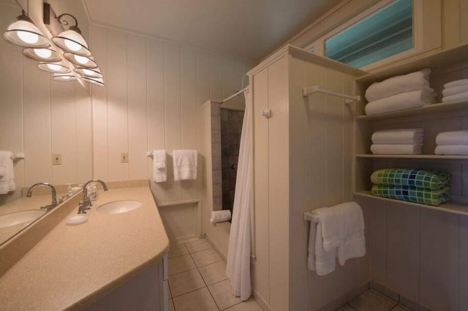 16 paniolobathroom7808ret
