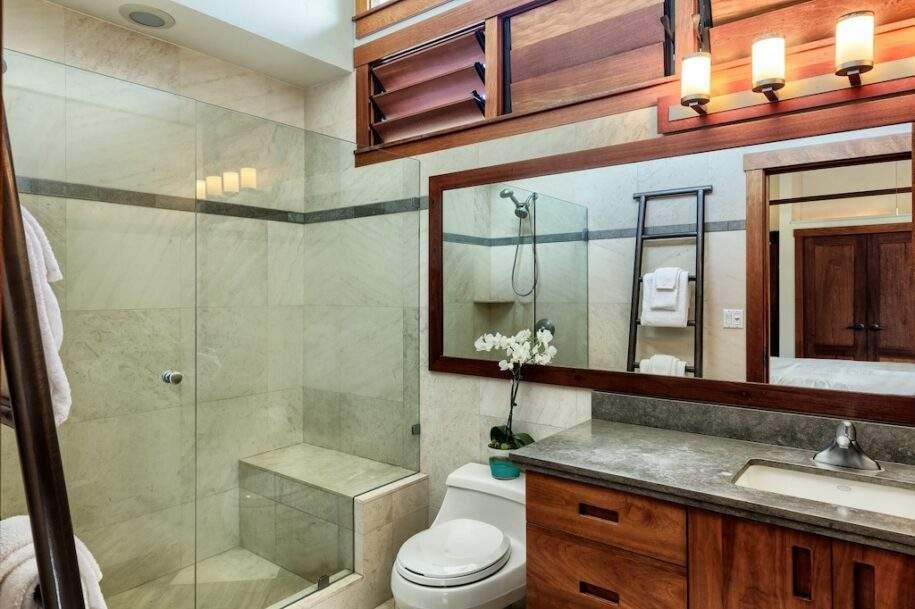16 upstairs bedroom bath