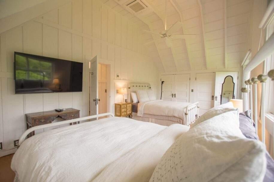 19 Faye bedroom4_twoqueenupstairs